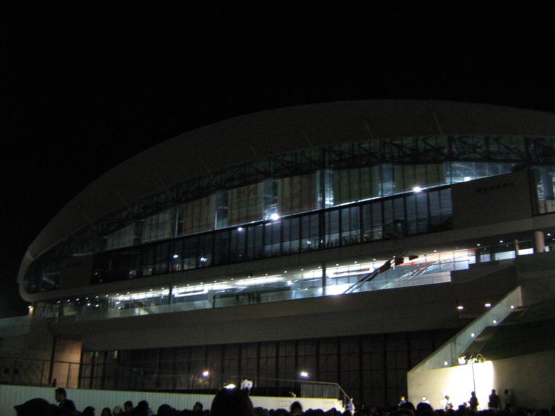 花火を待つ札幌ドーム。