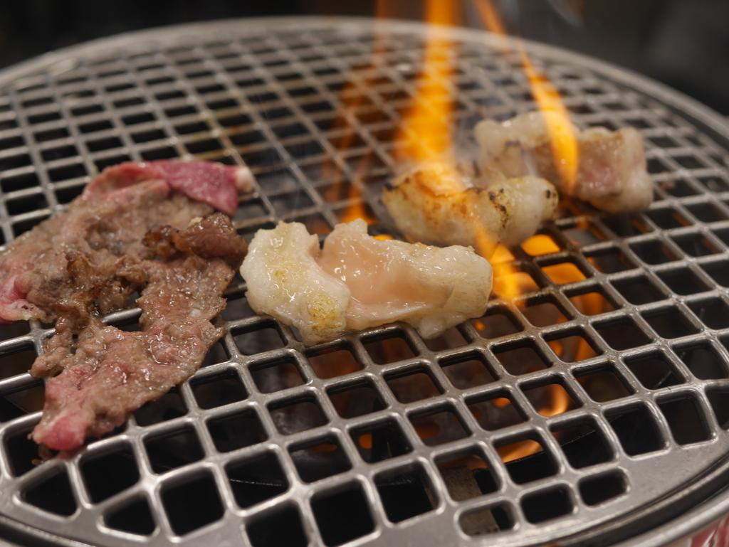 名古屋駅近くにある焼肉アジェの塩ホルモンと天肉を焼く様子
