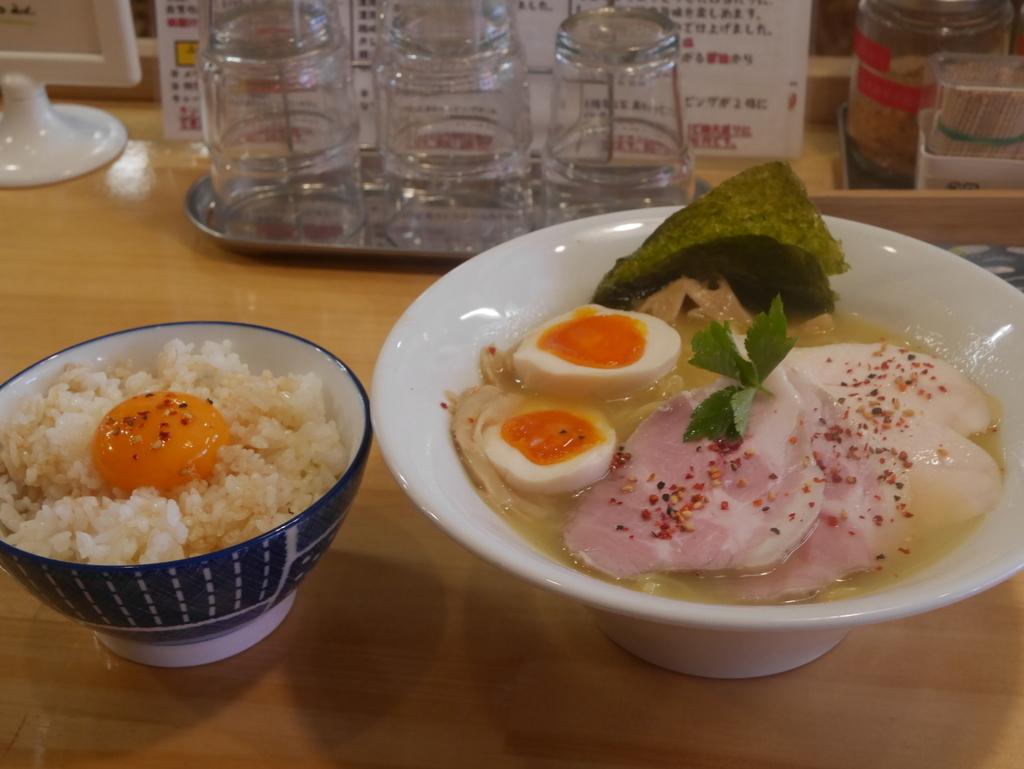 名古屋にあるラーメン屋さん親孝行の特製塩白湯ラーメンと玉子かけご飯