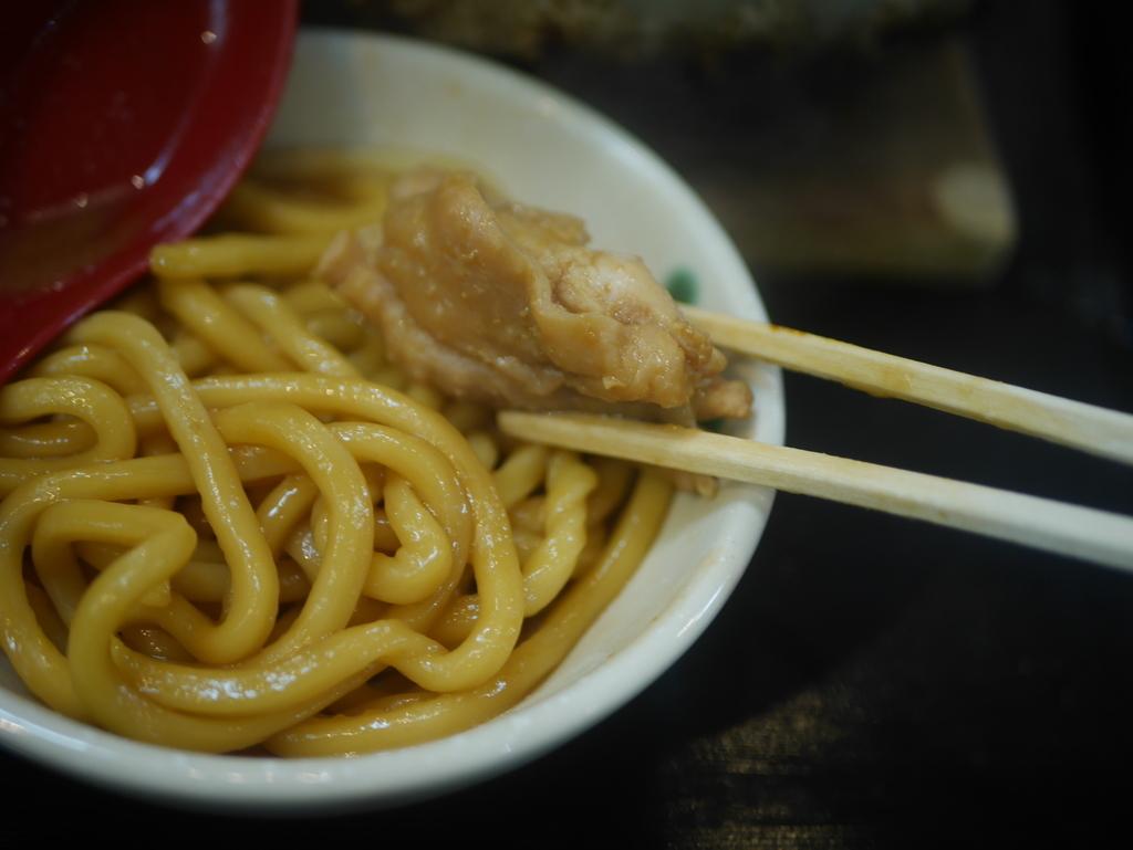 名古屋の新栄町にある味噌煮込みうどんのお店吉野屋の味噌煮込みうどんの鶏肉