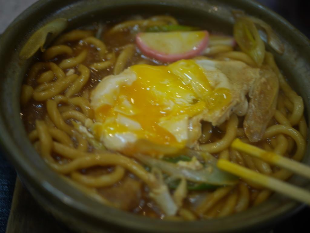 名古屋の新栄町にある味噌煮込みうどんのお店吉野屋の味噌煮込みうどんの玉子