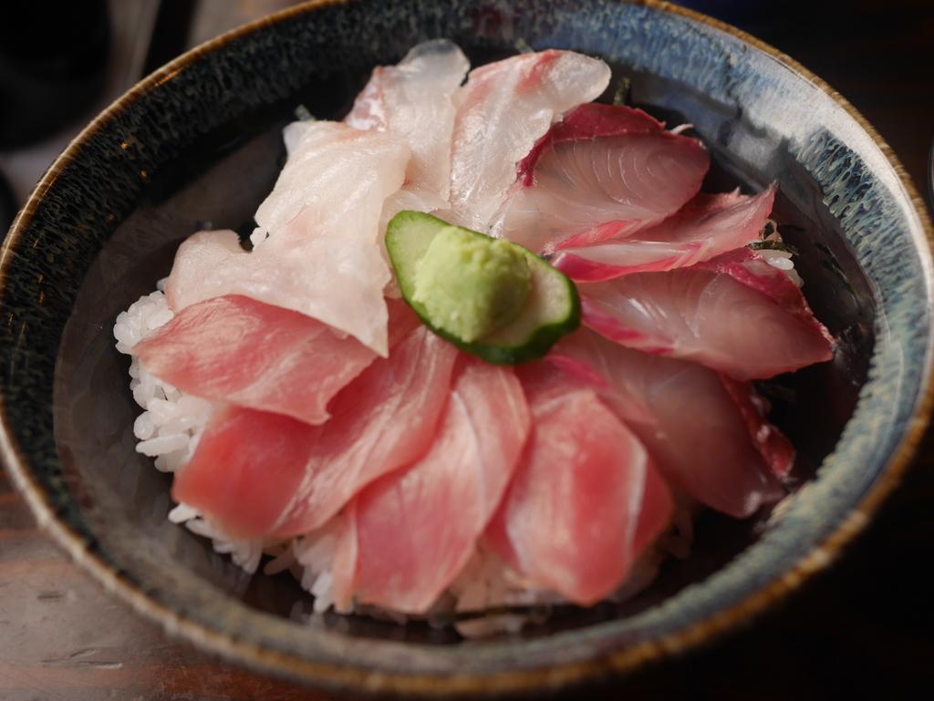 名古屋駅徒歩圏内の場所にあるまぐろや柳橋の三食丼