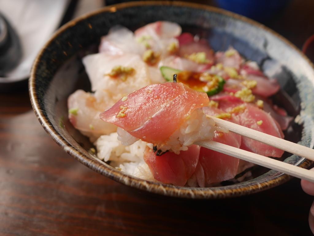 名古屋駅徒歩圏内の場所にあるまぐろや柳橋の三食丼のマグロ