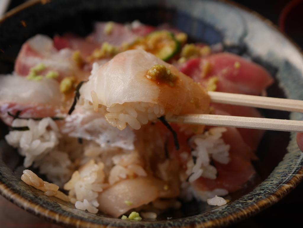 名古屋駅徒歩圏内の場所にあるまぐろや柳橋の三食丼の鯛