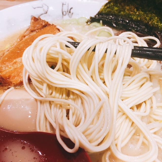 栄のオアシス21にある豚骨ラーメンのお店豚神のあっさり豚骨ラーメンの麺