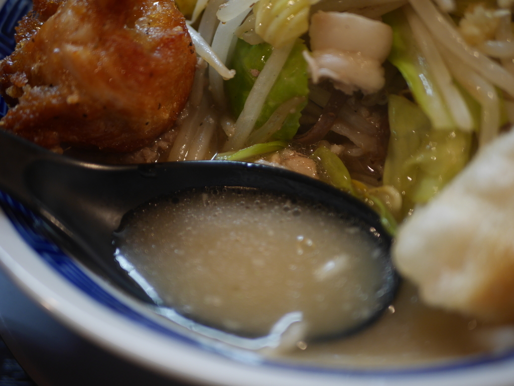 名古屋の高岳にあるラーメン屋ニュータマヤのタンメンワイルドのスープ