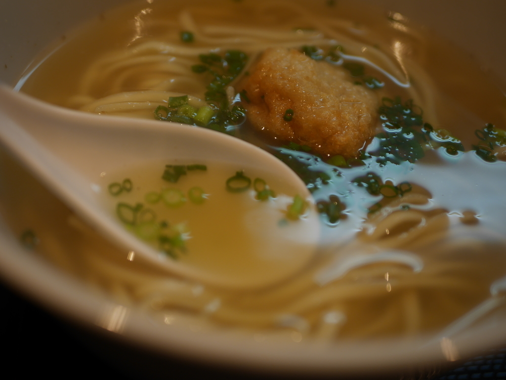 名古屋市今池にあるラーメン屋玉ぐすくのソーキそばのスープ