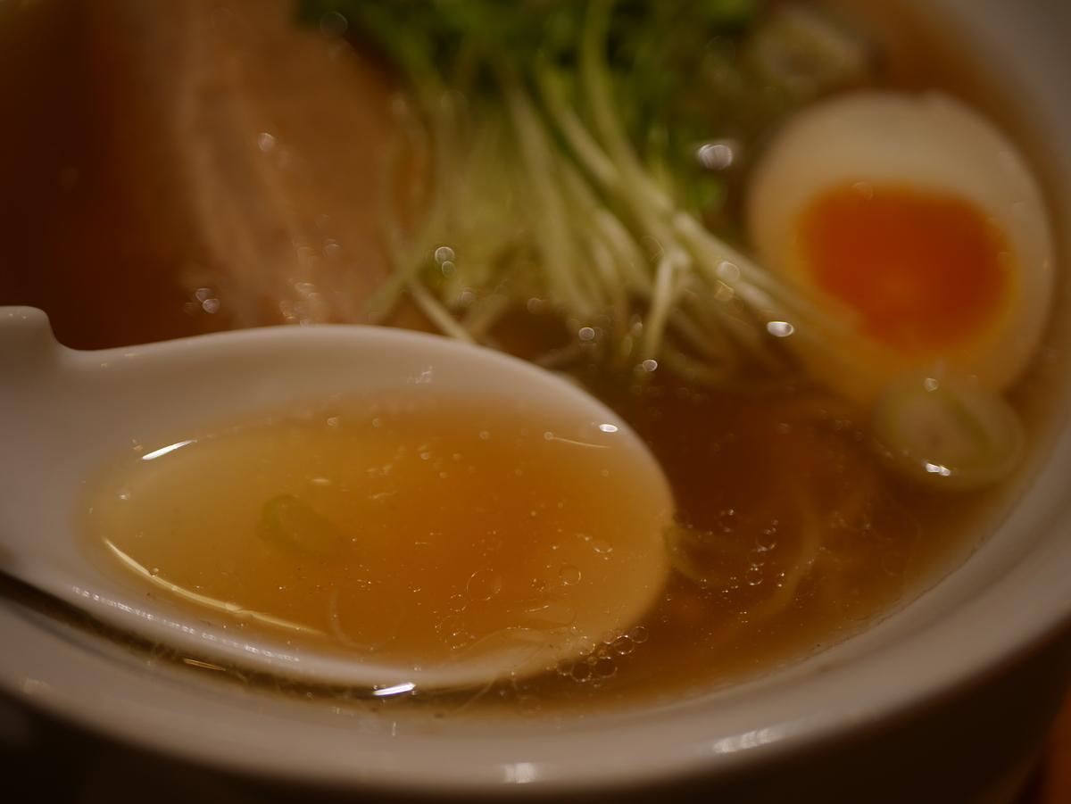 名古屋駅から徒歩3分の場所にあるラーメン屋江南の特製ラーメンのスープ