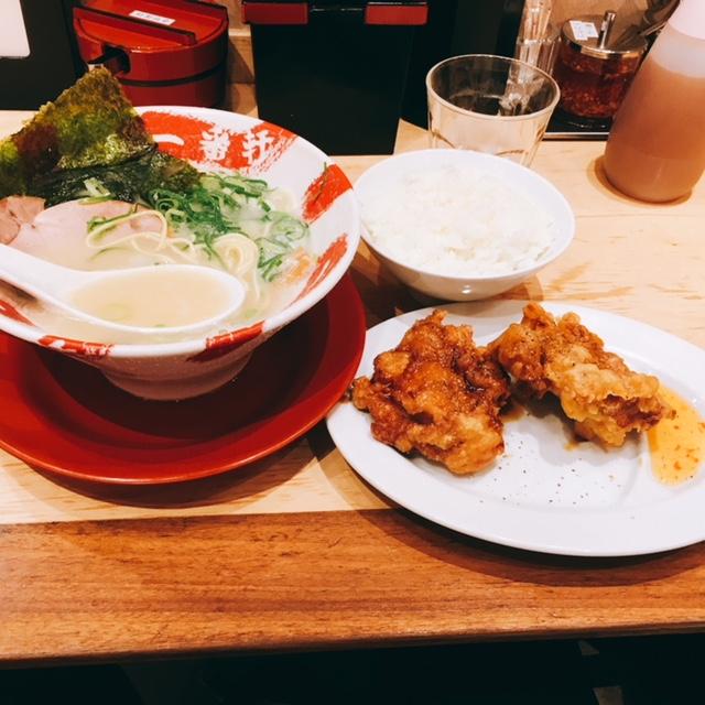 名古屋駅近くの大名古屋ビルヂングにある豚骨ラーメンのお店一番軒の白豚骨ラーメンライス唐揚げセット