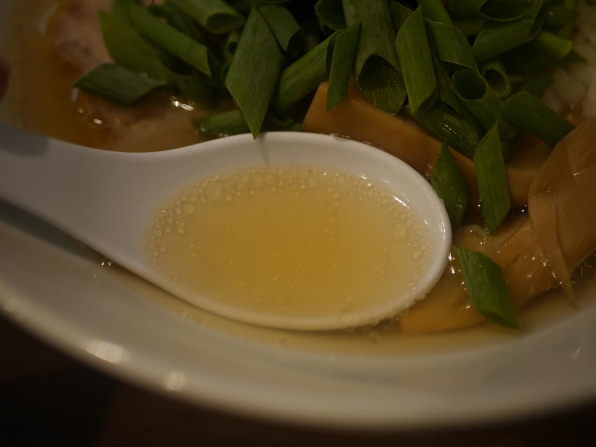 名古屋市名東区にあるラーメン屋さん実垂穂の中華そば塩のスープ