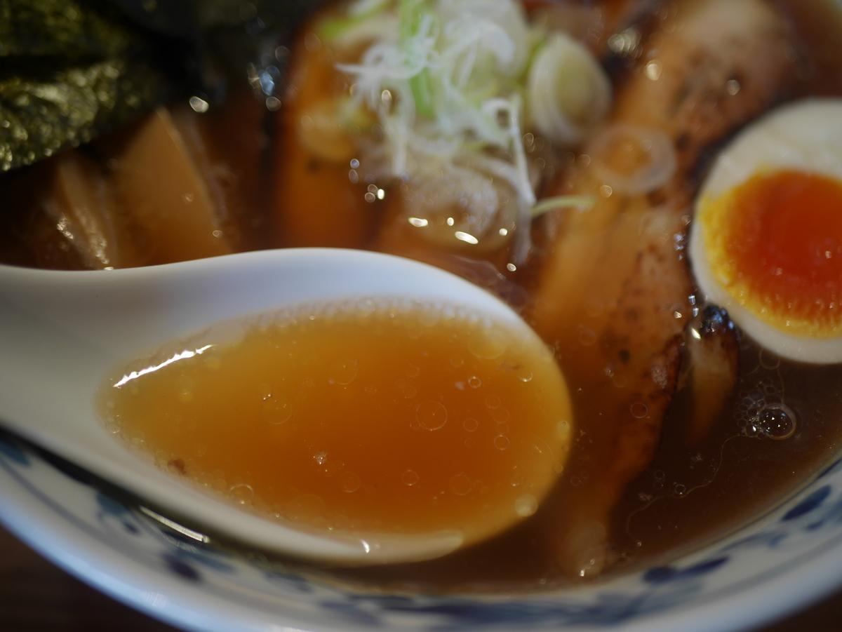 名古屋市東別院にあるラーメン屋さん喜多楽の今昔支那そば醤油炙りチャーシュー入りのスープ
