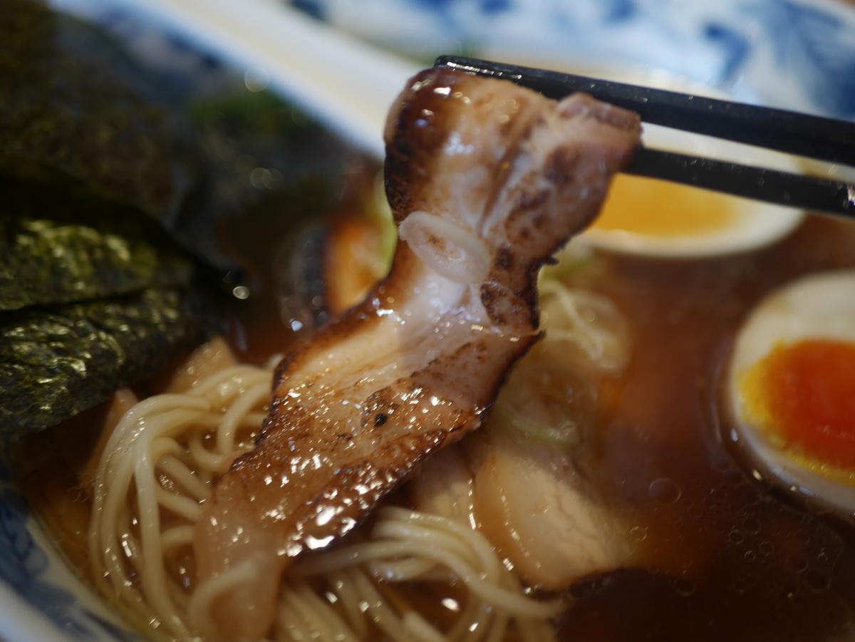名古屋市東別院にあるラーメン屋さん喜多楽の今昔支那そば醤油炙りチャーシュー入りの炙りチャーシュー