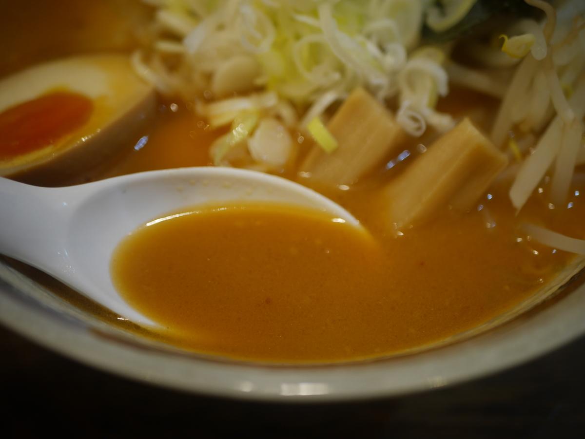 2019年名古屋市矢場町にオープンしたラーメン新店やば天らぁめんの特製味噌ラーメンのスープ