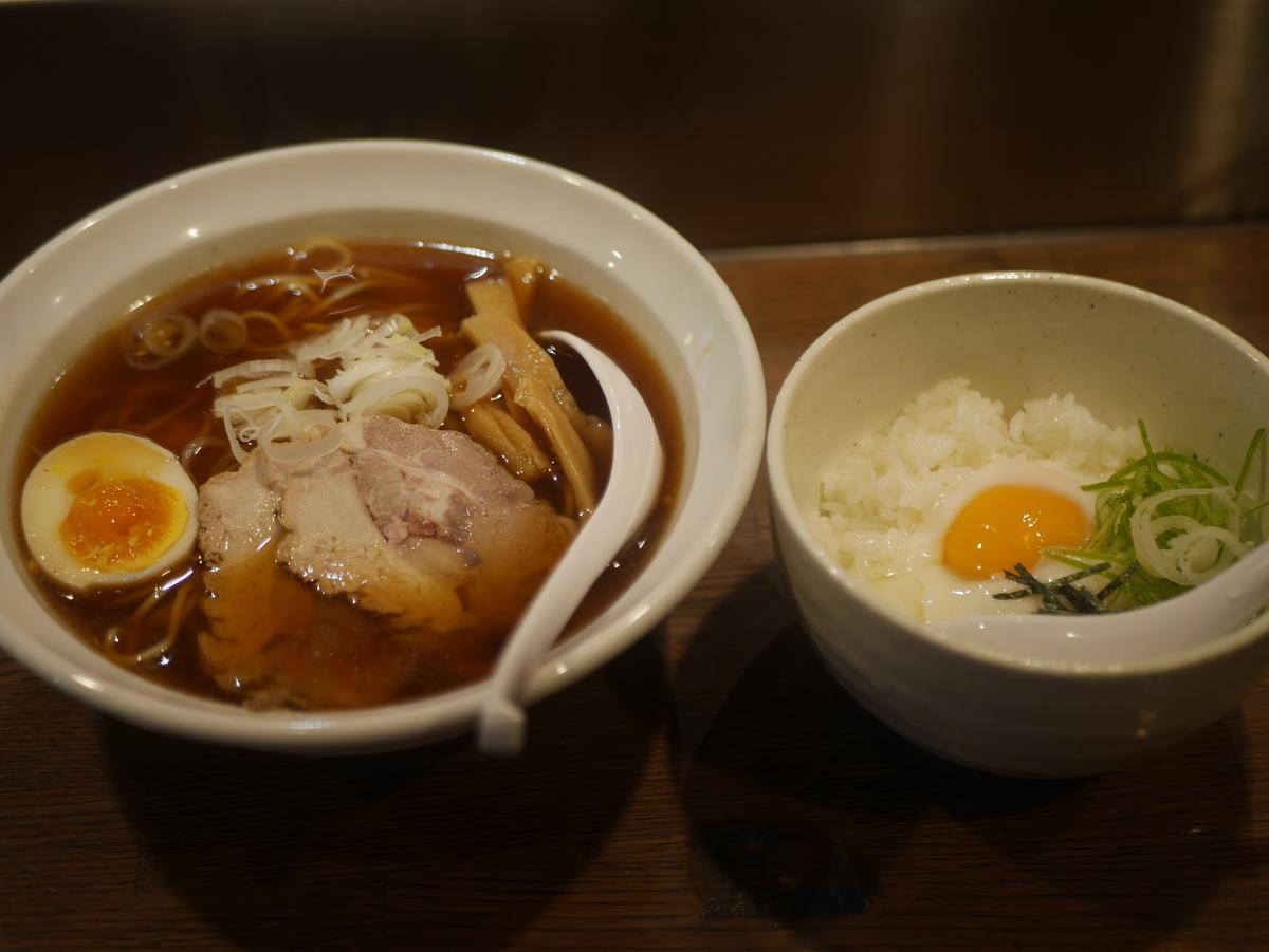 名古屋市栄にあるラーメン屋らー麺志白の醤油ラーメン温玉ラードめしセット