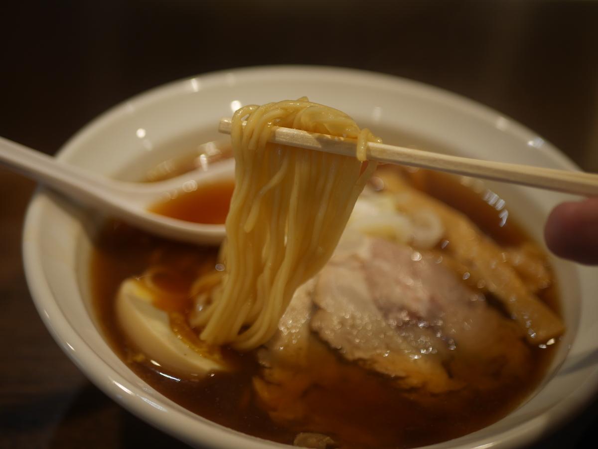 2019年名古屋市栄にオープンしたラーメン新店らー麺志白の醤油ラーメンの麺