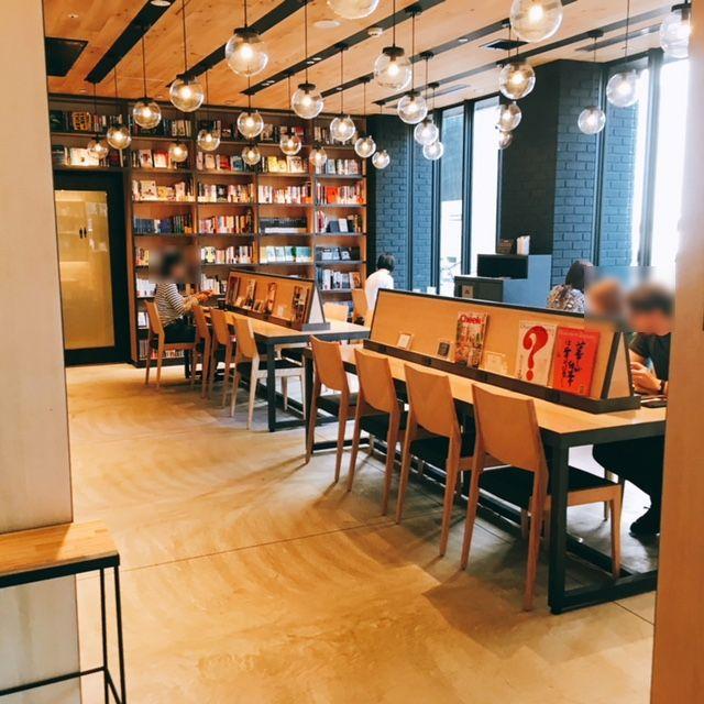 伏見駅にある電源・Wi-Fi完備のカフェランプライトブックスカフェの内観