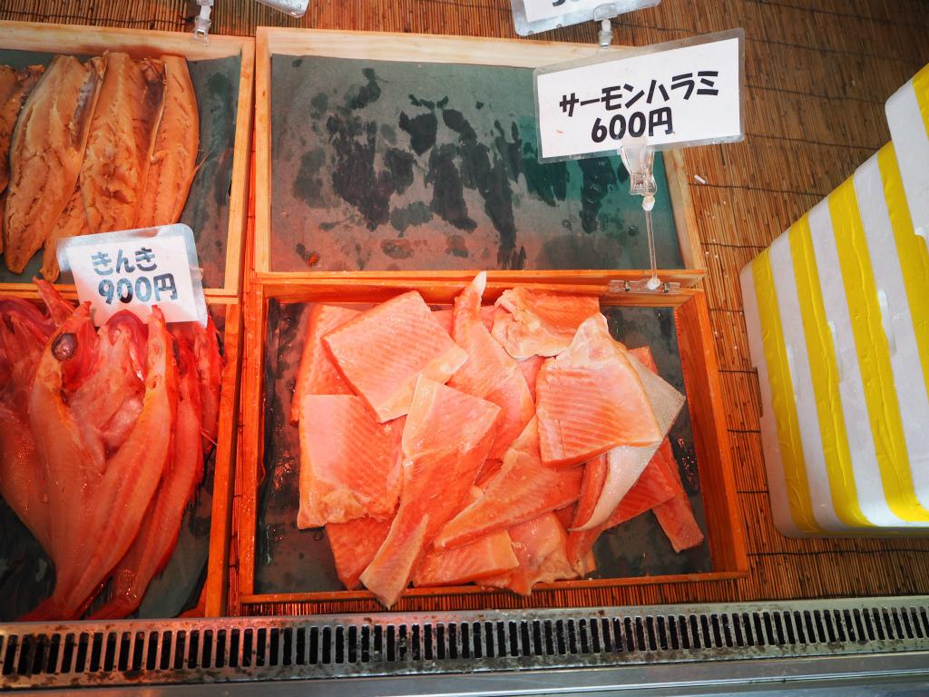 f:id:s-m0214:20160808121014j:plain サーモンハラミは600円。きんきは900円。
