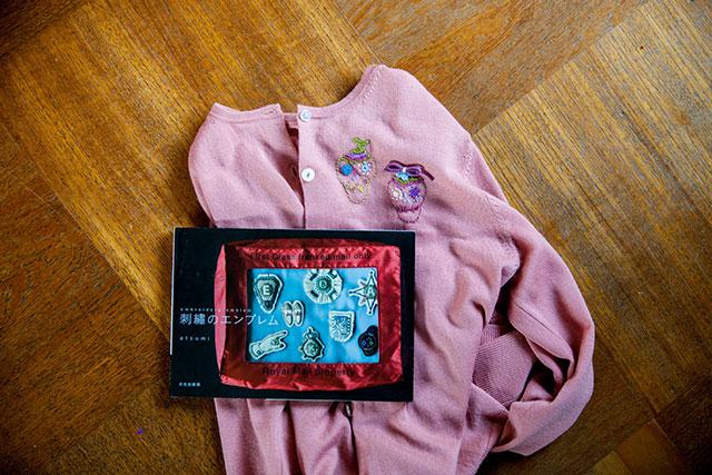 ユニクロウールカーディガン,カスタマイズ,刺繍のエンブレムatsumi