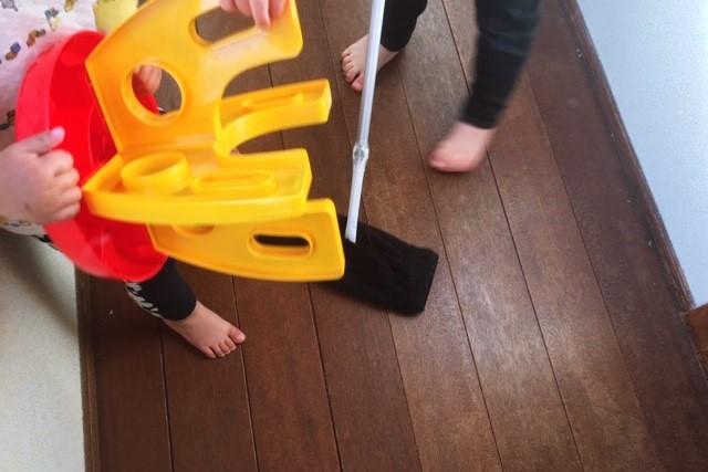 クイックルワイパーで遊ぶ子供たち