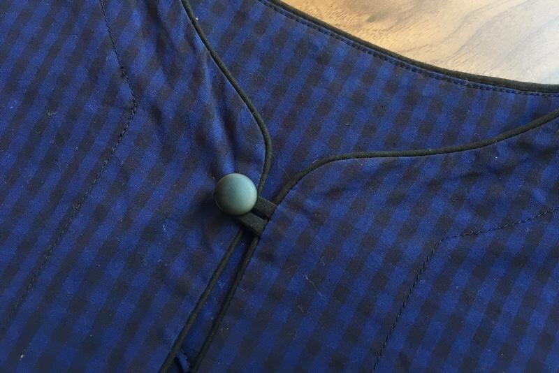 襟元ボタン