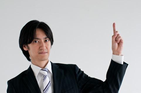 指を指している男の人の写真