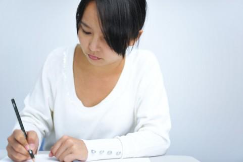 書き直して良いものにしよう。:ノートをとっている女性の写真