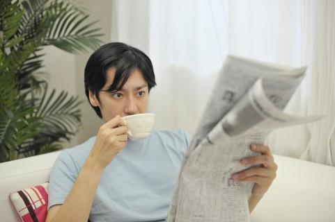 コーヒーを飲んでいる男の人の写真