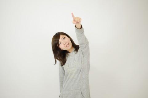 上を指している女の写真