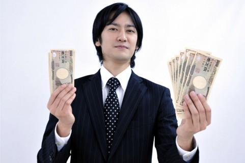 お金を握りしめている男の写真