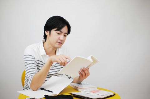 勉強している男の人の写真