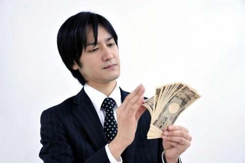 お金をお持つ男の人の写真