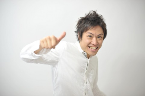 親指を立てている男の写真