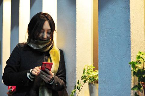 スマホを操作している女の人の写真