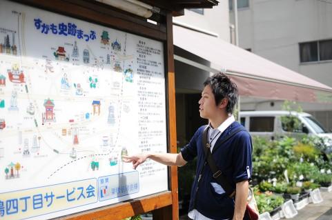 地図を見ている男の人の写真