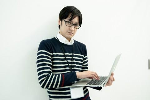 パソコンを手にしている男の写真
