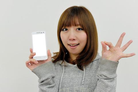 スマートフォンを持っている女の写真