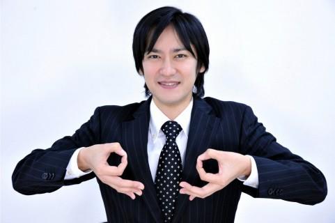 お金のポーズをしている男の写真