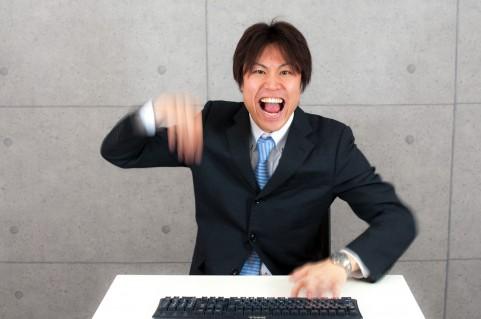 キーボードを打つ男の写真