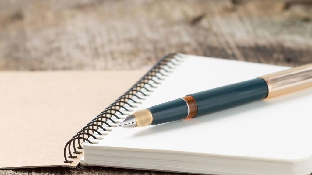 記事のイメージのペンと紙の写真