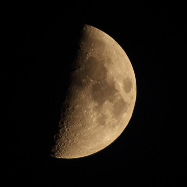 月 上弦《月齢 6.9》