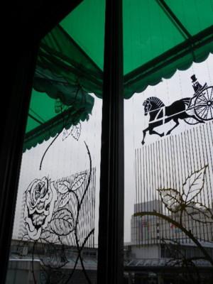 窓には馬車と薔薇模様