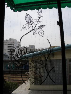 窓の薔薇の絵