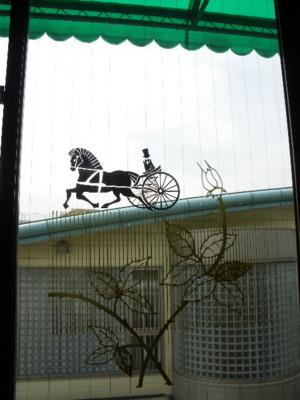窓の馬車の絵