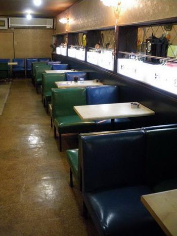 青と緑の椅子が並ぶ客席