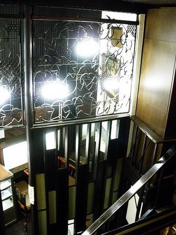 階段上から見下ろす