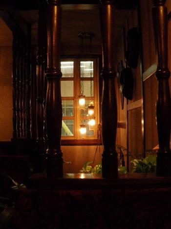 階段の垂れ下がる照明
