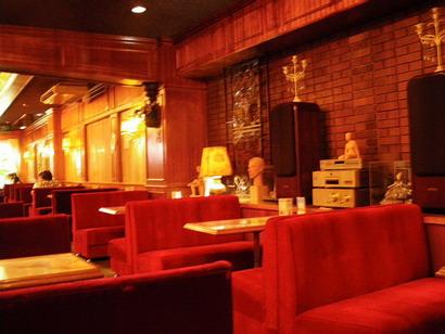 赤いベルベットの椅子が並ぶ