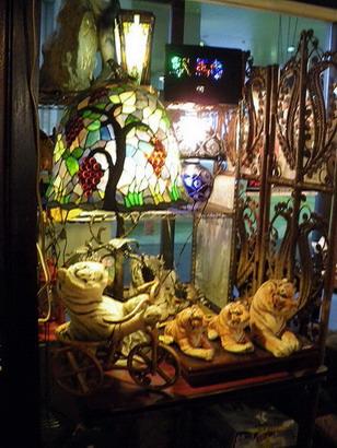 ステンドグラスと虎の置物