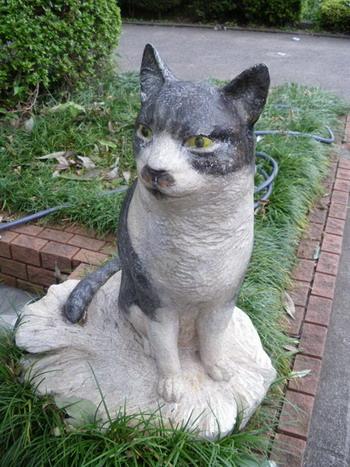 武蔵野美術大学守衛脇の猫像