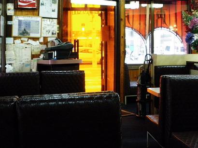 店内からオレンジの扉を見る